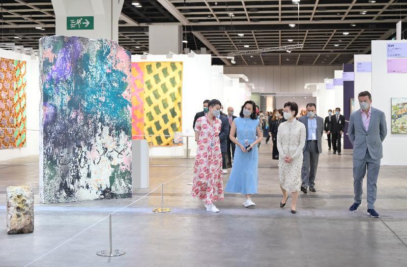 行政長官林鄭月娥(左三)今日(五月二十日)到灣仔香港會議展覽中心參觀第九屆巴塞爾藝術展香港展會。