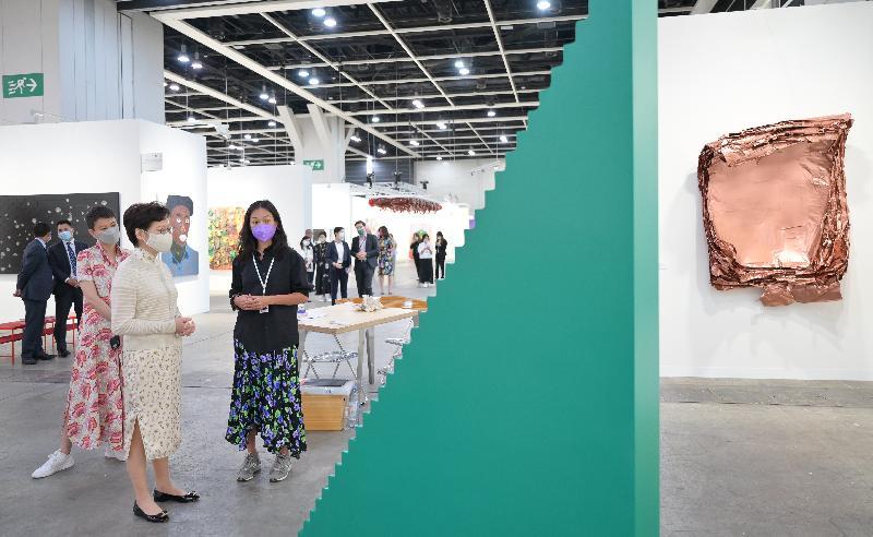 行政長官林鄭月娥(中)今日(五月二十日)到灣仔香港會議展覽中心參觀第九屆巴塞爾藝術展香港展會。