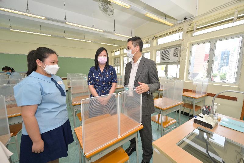 教育局局長楊潤雄(右)今日(五月二十一日)探訪嘉諾撒培德書院,視察學校的防疫措施,在課室聽取校長黃少玲(中)講解座位安排。
