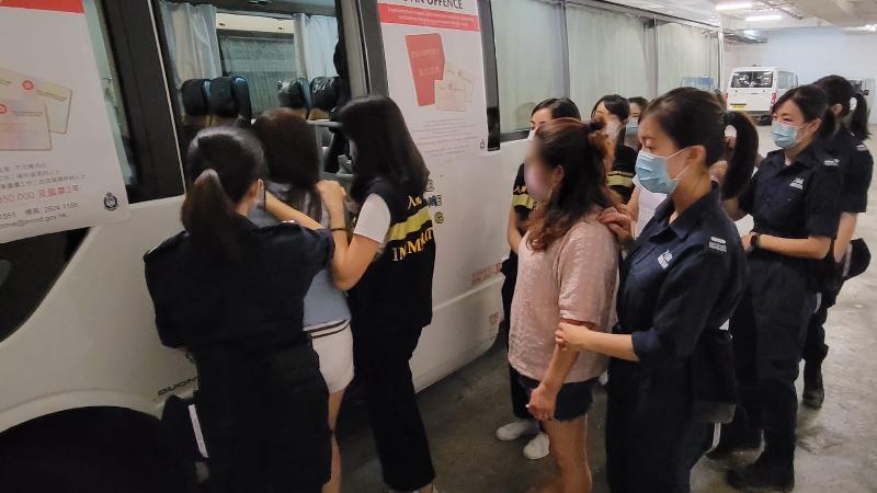 入境事務處於五月十七日及昨日(五月二十日)在全港各區展開一連串反非法勞工行動,包括「曙光行動」及連同警務處執行的「冠軍行動」。圖示懷疑非法勞工在行動中被捕。