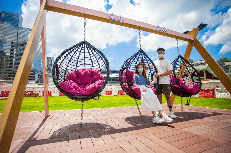 毗鄰灣仔渡輪碼頭的海濱主題區「HarbourChill海濱休閒站」今日(五月二十八日)正式開放。圖示主題區內草坪上的粉紅色調鞦韆。