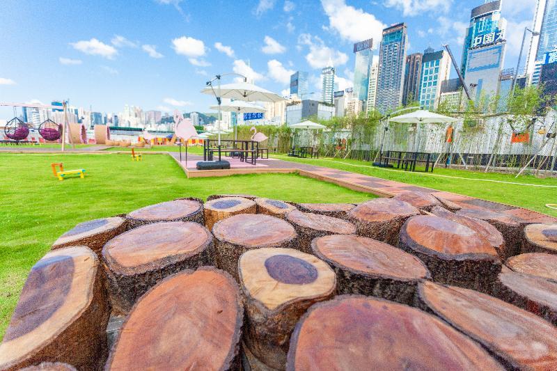 毗鄰灣仔渡輪碼頭的海濱主題區「HarbourChill海濱休閒站」今日(五月二十八日)正式開放。圖示「海濱公共傢俬設計比賽」其中一件優勝作品「折木不朽」。