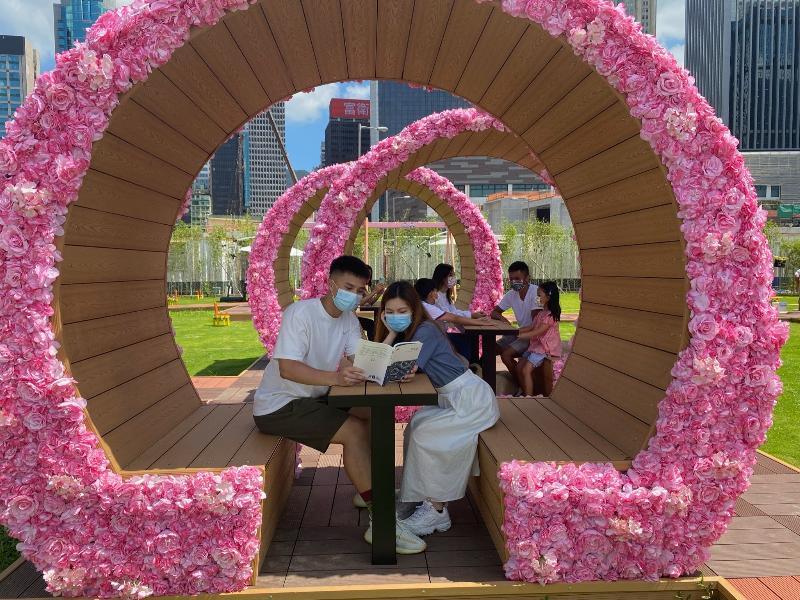 毗鄰灣仔渡輪碼頭的海濱主題區「HarbourChill海濱休閒站」今日(五月二十八日)正式開放。圖示主題區內草坪上擺放的蔭棚,色調與鄰近的「粉紅通道」互相呼應,營造出柔和溫馨的感覺。