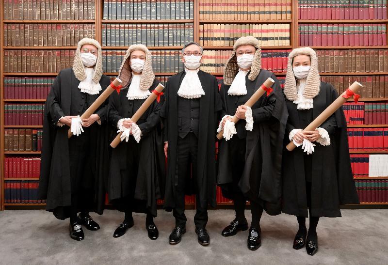資深大律師委任儀式今日(五月二十九日)在終審法院舉行。圖示終審法院首席法官張舉能(中)與新獲委任的資深大律師周嘉俊(左二)、羅敏聰(右二)、聶心平(左一)和林穎茜(右一)合照。