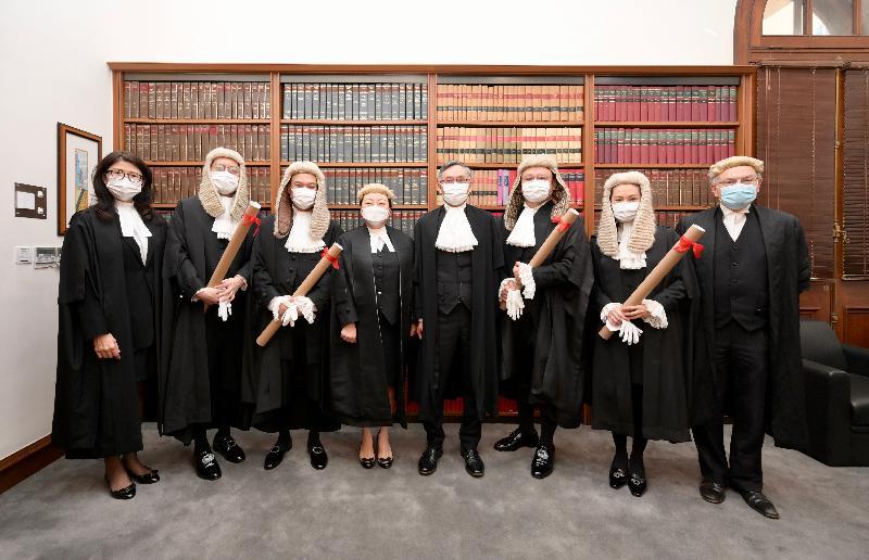 資深大律師委任儀式今日(五月二十九日)在終審法院舉行。圖示終審法院首席法官張舉能(右四)、律政司司長鄭若驊資深大律師(左四)、香港大律師公會主席夏博義資深大律師(右一)和香港律師會會長彭韻僖(左一)與新獲委任的資深大律師周嘉俊(左三)、羅敏聰(右三)、聶心平(左二)和林穎茜(右二)合照。