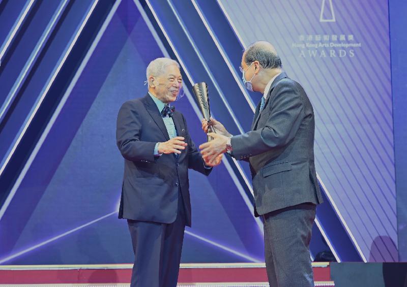 政務司司長張建宗今日(五月三十日)出席「第十五屆香港藝術發展獎」頒獎禮。圖示張建宗(右)在頒獎禮上頒發終身成就獎予盧景文教授。