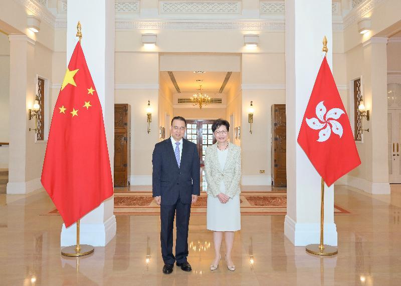 行政長官林鄭月娥(右)今日(六月一日)下午在禮賓府與新任外交部駐香港特別行政區特派員公署特派員劉光源(左)會面。