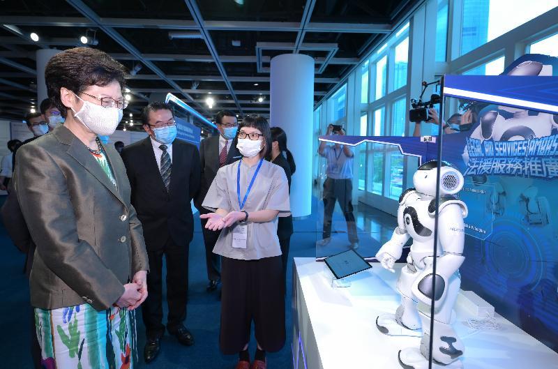 行政長官林鄭月娥今日(六月二日)在香港大會堂出席法律援助署五十周年巡迴展覽暨開幕典禮。圖示林鄭月娥(左一)和其他主禮嘉賓參觀展覽。