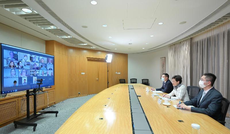 行政長官林鄭月娥(中)今晚(六月七日)在網上研討會上與內地和海外藝廊代表會面,向他們介紹香港作為國際藝術文化樞紐的優勢。民政事務局局長徐英偉(左)和商務及經濟發展局副局長陳百里博士(右)也有出席。