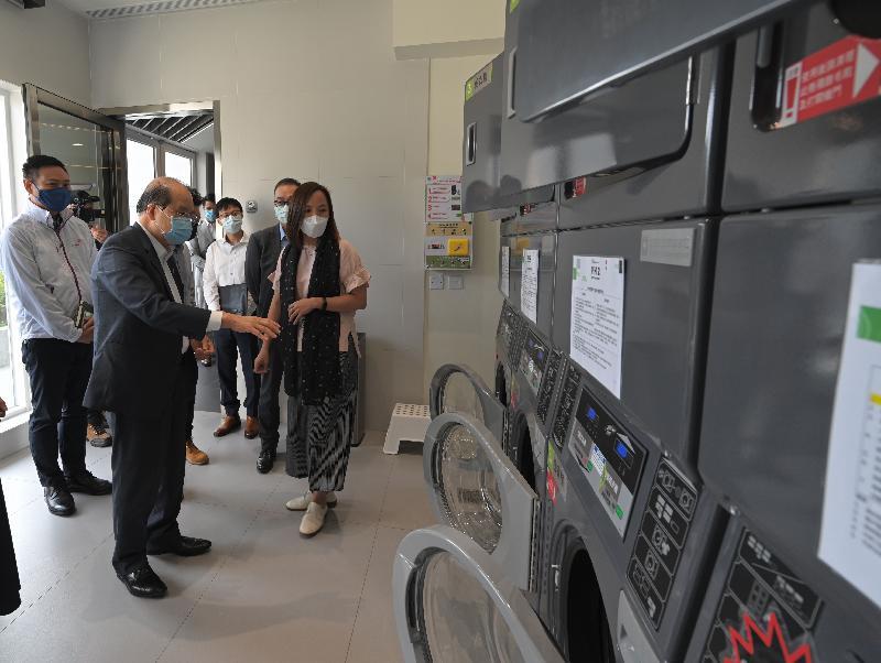 政務司司長張建宗今日(六月八日)到訪香港青年協會(青協)位於大埔的青年宿舍PH2。圖示張建宗(前排左)在民政事務局局長徐英偉(後排左)及青協總幹事何永昌(後排右)陪同下參觀宿舍的設施。