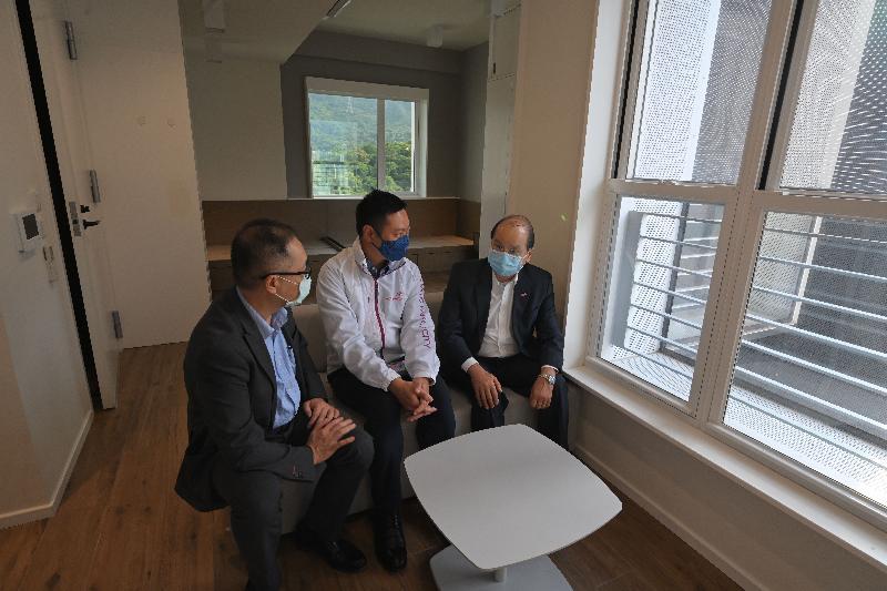 政務司司長張建宗今日(六月八日)到訪香港青年協會(青協)位於大埔的青年宿舍PH2。圖示張建宗(右)在民政事務局局長徐英偉(中)陪同下,聽取青協總幹事何永昌(左)簡介宿舍運作情況。