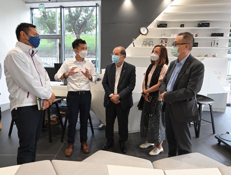 政務司司長張建宗今日(六月八日)到訪香港青年協會(青協)位於大埔的青年宿舍PH2。圖示張建宗(中)在民政事務局局長徐英偉(左一)及青協總幹事何永昌(右一)陪同下,與前線青年工作者交談,聽取他分享在過去一年營運PH2累積的經驗。