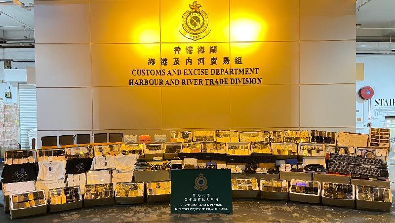 香港海關六月八日在屯門內河船碼頭檢獲約二萬二千件懷疑冒牌貨物,估計市值約六百五十萬元。圖示檢獲的懷疑冒牌貨物。