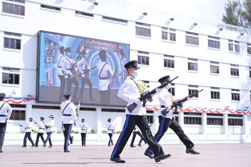 懲教署今日(六月十一日)在赤柱職員訓練院舉行學員結業會操。圖示中式步操表演。