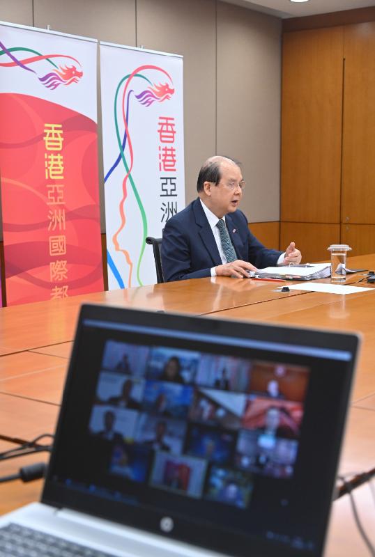 政務司司長張建宗今日(六月十一日)出席網上研討會與東南亞國家聯盟的商界人士會面。圖示張建宗向與會者介紹有關香港社會和經濟發展的最新情況,以及為東盟地區企業帶來的機遇和效益。