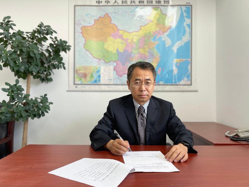 衞生署今日(六月十五日)與國家藥品監督管理局簽署《關於中藥檢測及標準研究領域的合作安排》(《合作安排》),標誌本港與內地藥物監管機構緊密合作及共同實現中藥邁向國際化的重要里程碑。圖示國家藥品監督管理局港澳台辦公室主任秦曉岺在北京簽署《合作安排》。