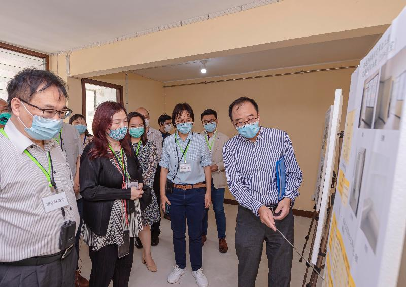 Members of the Hong Kong Housing Authority's (HA's) Commercial Properties Committee (CPC) today (June 16) visited the HA's non-domestic facilities in public housing estates. Photo shows the Chairman of the HA's CPC, Ms Serena Lau (third right), and various CPC members listening to a briefing by a Housing Department official on the conversion from empty bays to public rental housing units, with areas ranging from about 31 to 40 square metres.