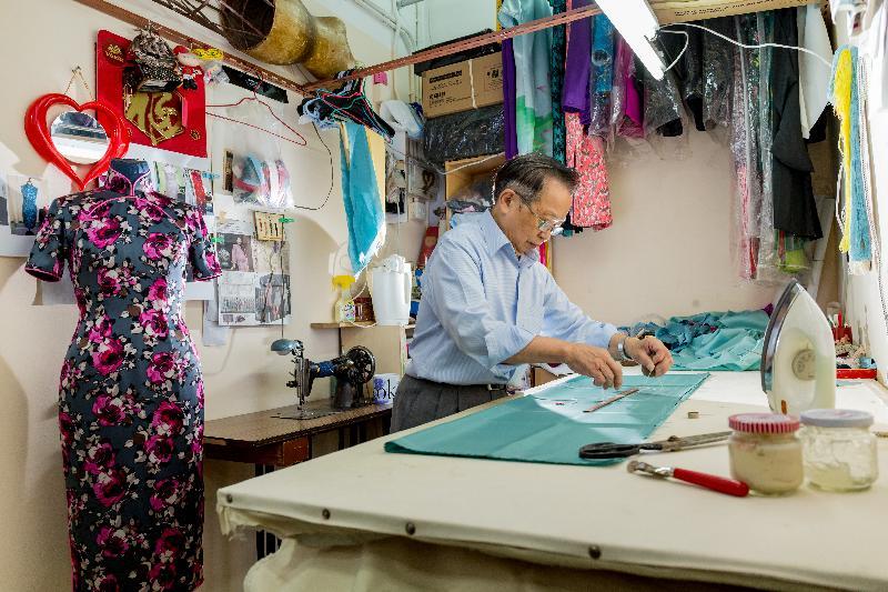 香港中式長衫製作技藝獲國家文化和旅遊部列入第五批《國家級非物質文化遺產代表性項目名錄》。圖示長衫師傅正在精心製作長衫。