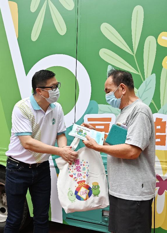 耆樂警訊今日(六月十九日)舉辦「耆樂警訊傳愛心 2021」活動。圖示警務處處長鄧炳強向長者派發福袋。