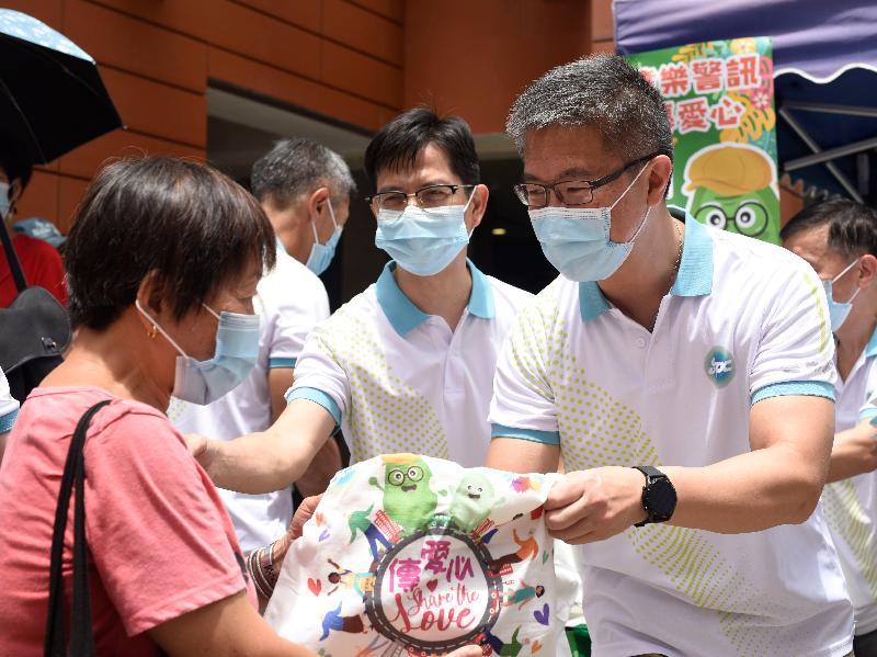 耆樂警訊今日(六月十九日)舉辦「耆樂警訊傳愛心 2021」活動。圖示警務處副處長(行動)蕭澤頤(右一)向長者派發福袋。