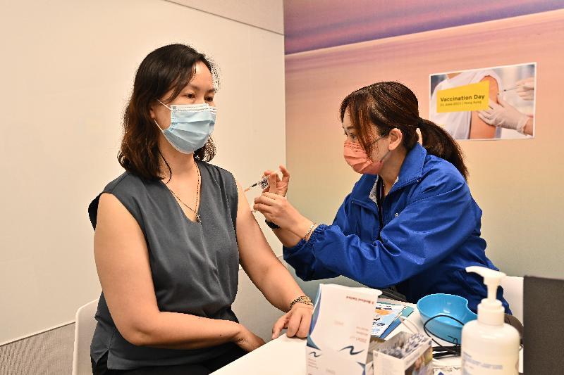 公務員事務局局長聶德權今日(六月二十一日)到訪安永的香港辦事處,視察該企業職員透過政府外展服務接種2019冠狀病毒病疫苗情況。圖示該企業一名職員接種新冠疫苗。