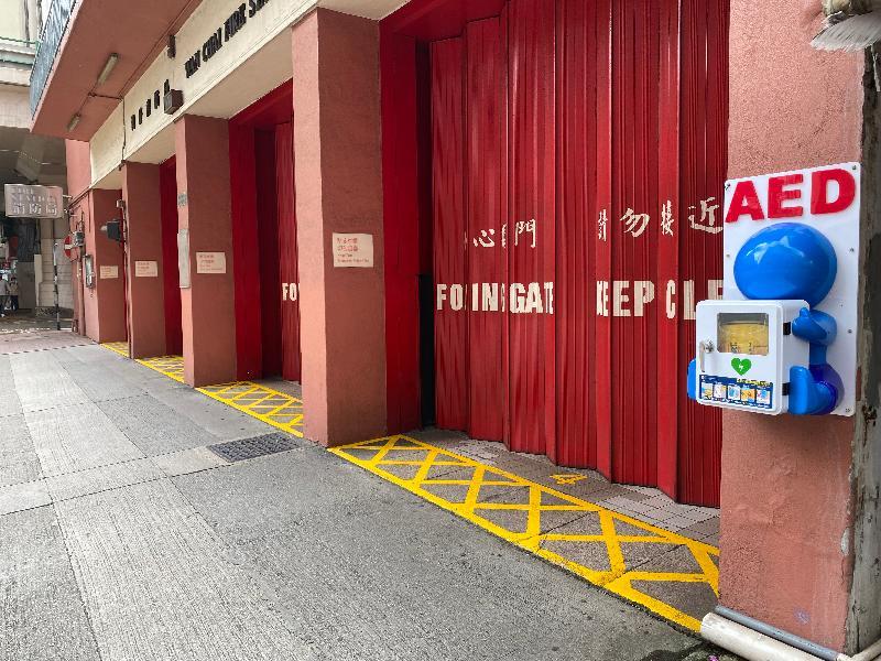 消防處今日(六月二十二日)正式公布「AED 睇得到 用得到」計劃。圖示設於灣仔消防局外牆的自動心臟除顫器,供公眾於緊急情況下使用。