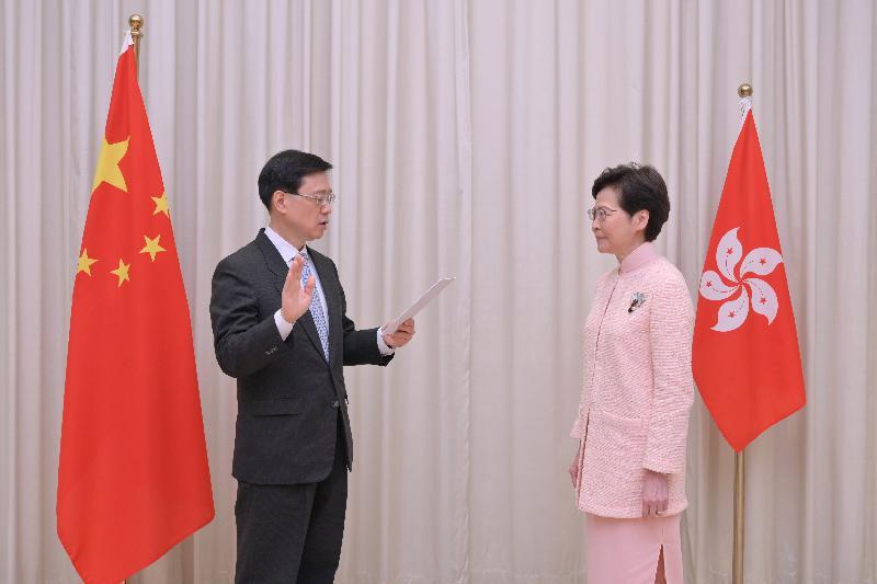 新任政務司司長李家超(左)今日(六月二十五日)在行政長官林鄭月娥(右)監誓下宣誓就職。