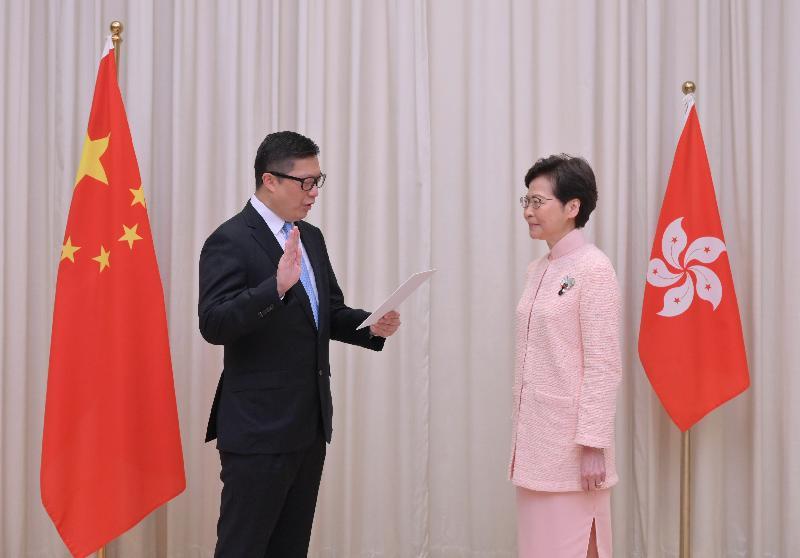 新任保安局局長鄧炳強(左)今日(六月二十五日)在行政長官林鄭月娥(右)監誓下宣誓就職。
