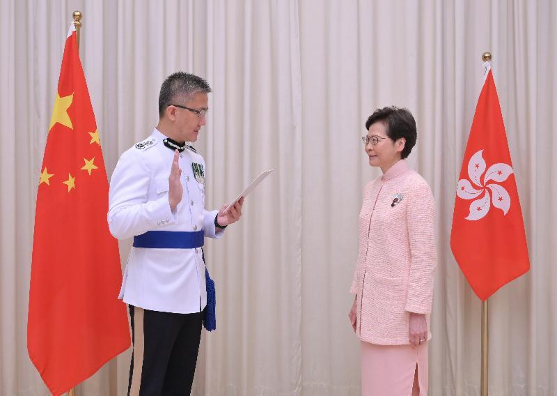 新任警務處處長蕭澤頤(左)今日(六月二十五日)在行政長官林鄭月娥(右)監誓下宣誓就職。