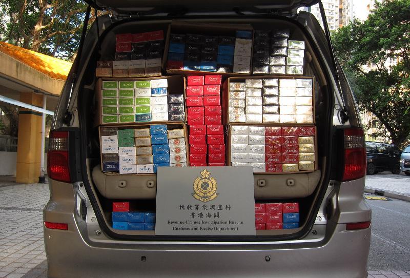 香港海關過去三星期展開代號「迅雷IV」的執法行動,打擊在公共租住房屋內進行的電話訂購私煙活動,在全港多區共檢獲約二百萬支懷疑私煙,估計市值約五百六十萬元,應課稅值約三百九十萬元,並拘捕五十五人。圖示其中一輛懷疑用作分銷私煙的車輛。