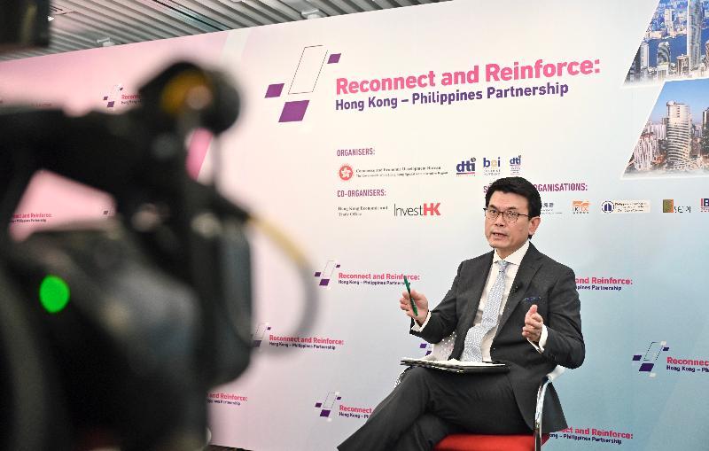 商務及經濟發展局今日(六月二十九日)聯同菲律賓貿易和工業部合辦「香港—菲律賓:加強聯繫」網上研討會,以加強兩地在貿易、投資、經濟和科技方面的合作。圖示商務及經濟發展局局長邱騰華在網上研討會發言。