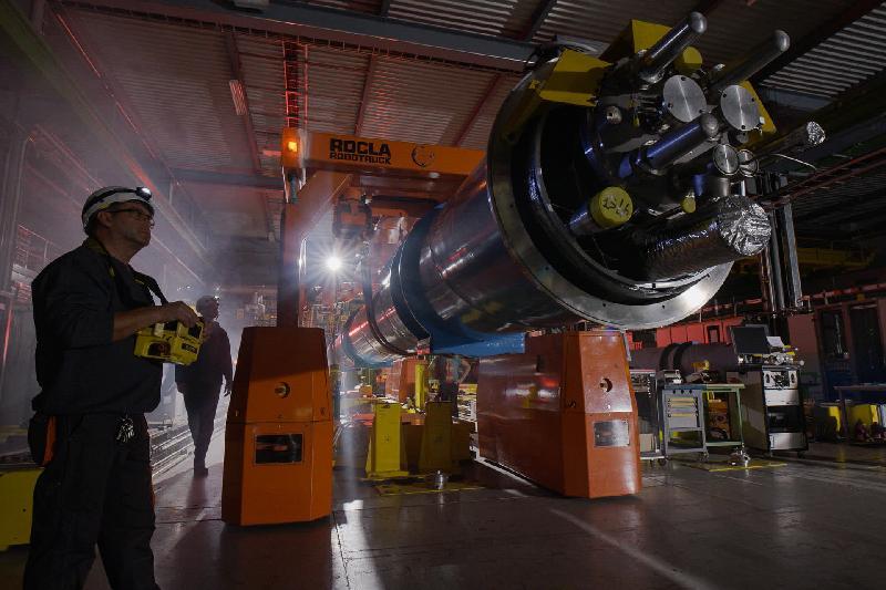 香港太空館七月一日起上映全新立體球幕電影《穹蒼解密3D》。圖示《穹蒼解密3D》劇照,觀眾可一睹大型強子對撞機的內部組件。