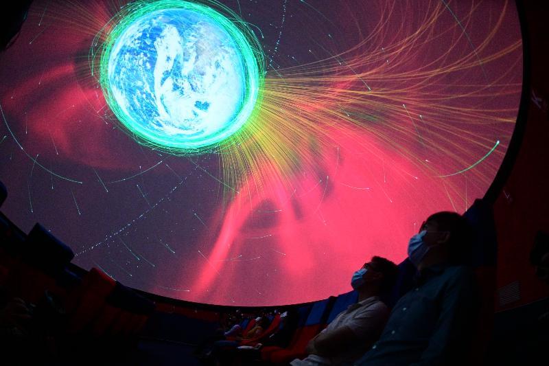 香港太空館天象廳經過大型翻新工程後,將於七月一日重新開放。圖示全新的半球形屏幕播放天象節目《天外有天》,帶來無縫拼接的視覺效果。