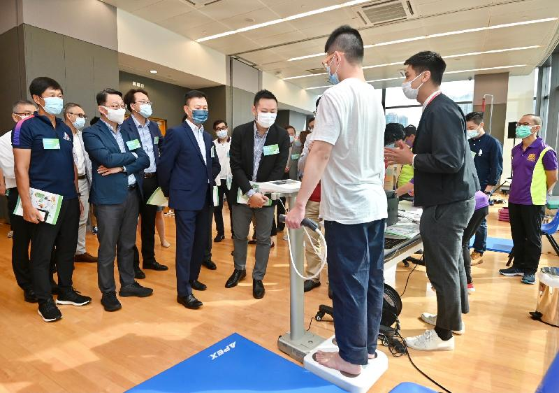 The Charter Signing Ceremony for the Territory-wide Physical Fitness Survey for the Community was held today (June 30) at Tsuen Wan Sports Centre. Photo shows the Secretary for Home Affairs, Mr Caspar Tsui (front row, fourth left), touring the fitness test station at the centre.