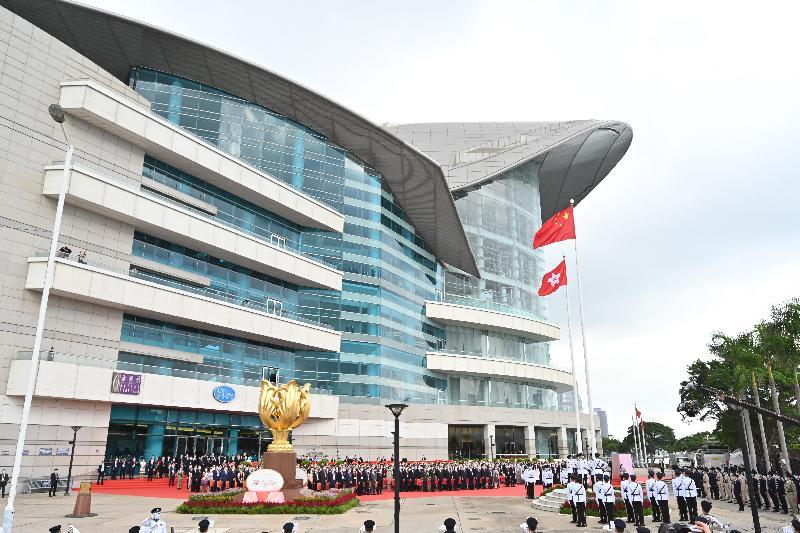 署理行政長官李家超和主要官員及嘉賓今早(七月一日)在灣仔金紫荊廣場出席香港特別行政區成立二十四周年升旗儀式。