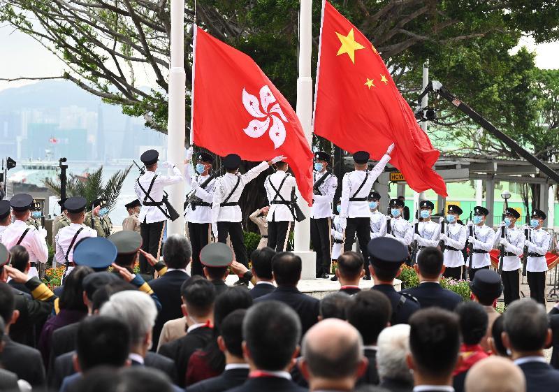 今早(七月一日)在灣仔金紫荊廣場舉行的香港特別行政區成立二十四周年升旗儀式上,國旗及區旗徐徐升起。