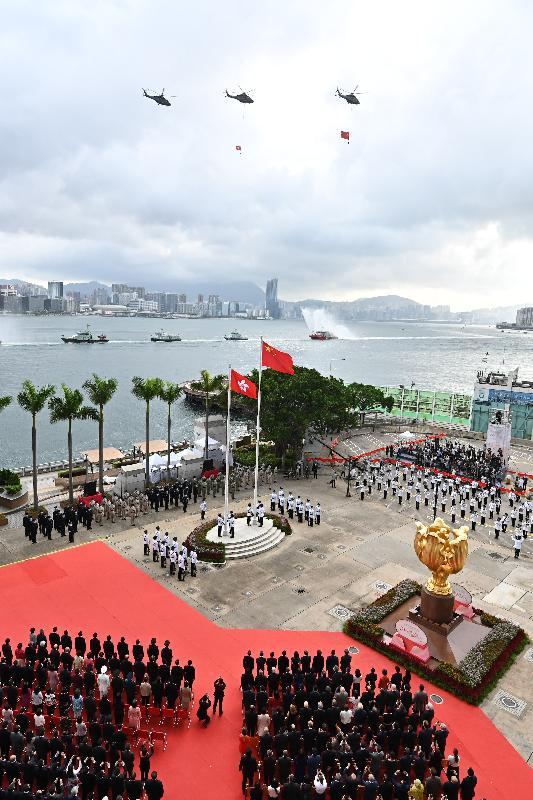 今早(七月一日)在灣仔金紫荊廣場舉行的香港特別行政區成立二十四周年升旗儀式上,紀律部隊和飛行服務隊在海上和空中敬禮。