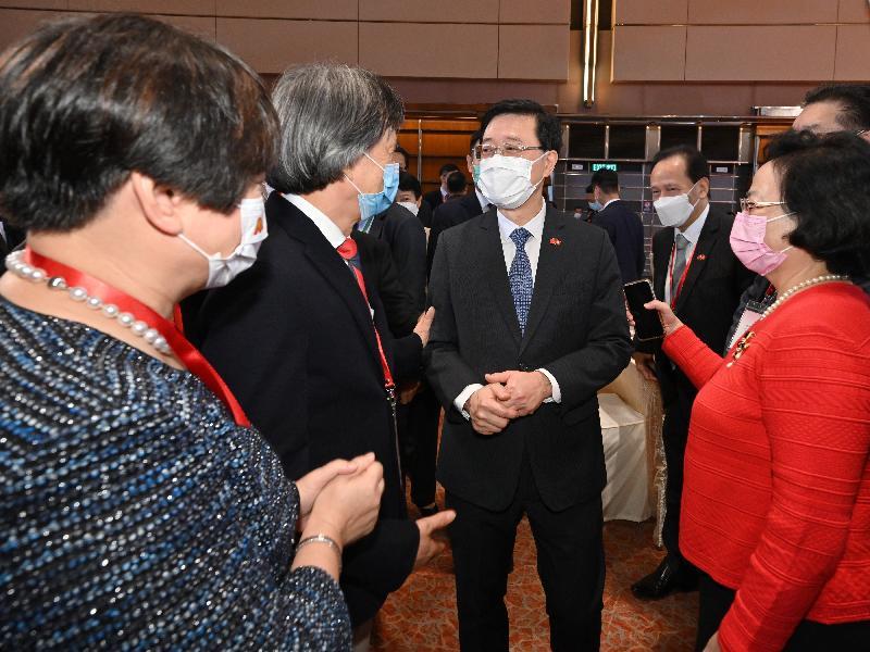 署理行政長官李家超和主要官員及嘉賓今早(七月一日)在香港會議展覽中心出席香港特別行政區成立二十四周年酒會。圖示李家超(右二)與嘉賓交談。