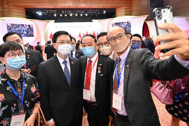 署理行政長官李家超和主要官員及嘉賓今早(七月一日)在香港會議展覽中心出席香港特別行政區成立二十四周年酒會。圖示李家超(左二)與嘉賓合照。