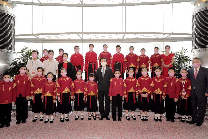 署理行政長官李家超和主要官員及嘉賓今早(七月一日)在香港會議展覽中心出席香港特別行政區成立二十四周年酒會。圖示李家超與在酒會中表演的灣區愛樂香港樂團成員合照。