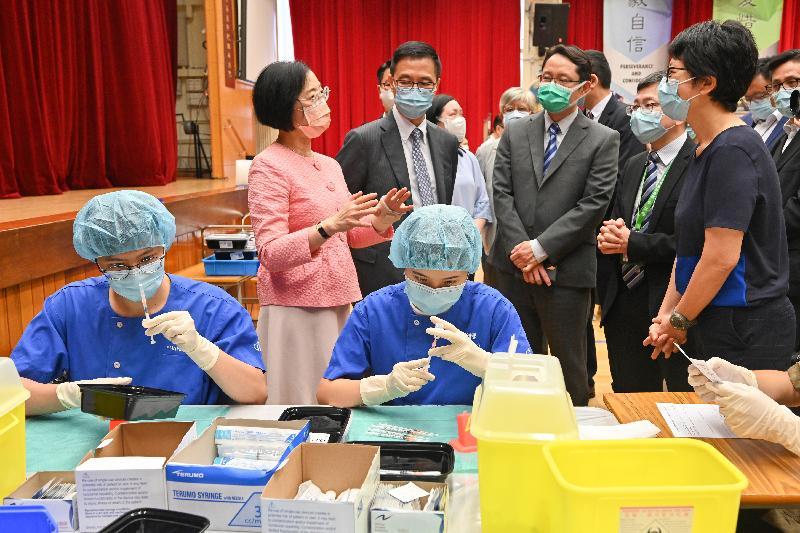 食物及衞生局局長陳肇始教授(後排左一)和教育局局長楊潤雄(後排左二)今日(七月二日)到訪香港道教聯合會青松中學,視察到校接種2019冠狀病毒病疫苗的情況。