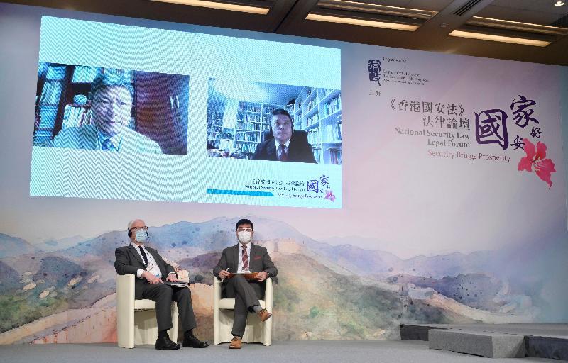 律政司主辦題為「國安家好」的《香港國安法》法律論壇今日(七月五日)在網上舉行,增進各界對《中華人民共和國香港特別行政區維護國家安全法》的了解和認識。圖為在論壇第一節座談會上,基本法推廣督導委員會委員李浩然博士(右下)和香港大學法律學院榮譽教授江樂士資深大律師(左下),與北京師範大學法學院黃風教授(左上)和清華大學法學院黎宏教授(右上)透過視像就「《香港國安法》條文研讀——實體法」分享和討論。