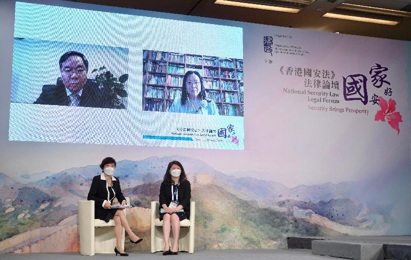 律政司主辦題為「國安家好」的《香港國安法》法律論壇今日(七月五日)在網上舉行,增進各界對《中華人民共和國香港特別行政區維護國家安全法》的了解和認識。圖為在論壇第二節座談會上,全國人民代表大會常務委員會香港特別行政區基本法委員會委員梁美芬博士(左下)和律政司署理刑事檢控專員楊美琪(右下),與全國人民代表大會常務委員會法制工作委員會憲法室主任雷建斌(左上)和中國政法大學訴訟法學研究院院長兼教授熊秋紅教授(右上)透過視像就「《香港國安法》條文研讀——程序法」分享和討論。