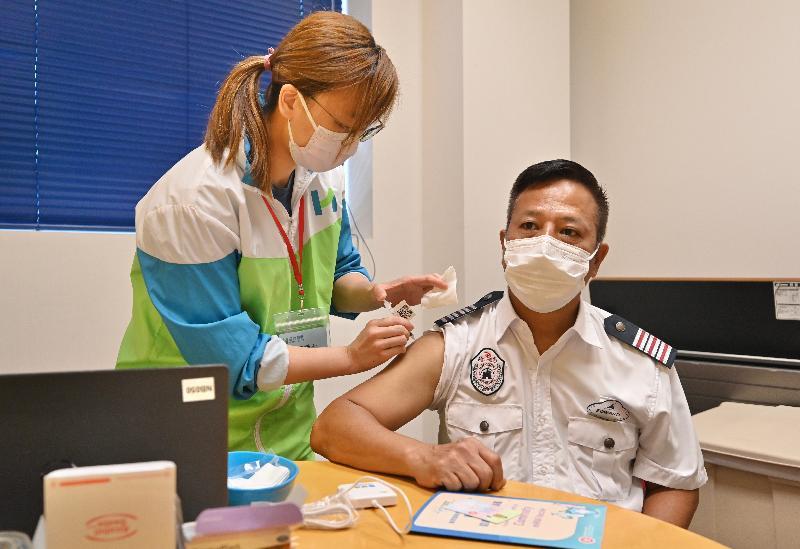 公務員事務局局長聶德權今日(七月五日)到訪香港迪士尼樂園,了解主題公園職員透過政府外展服務接種新冠疫苗的情況。圖示一名保安接種新冠疫苗。
