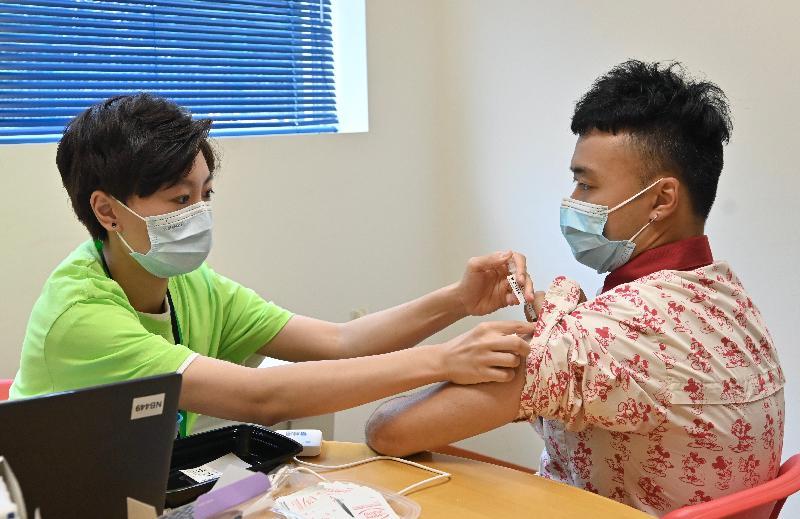 公務員事務局局長聶德權今日(七月五日)到訪香港迪士尼樂園,了解主題公園職員透過政府外展服務接種新冠疫苗的情況。圖示一名職員接種新冠疫苗。