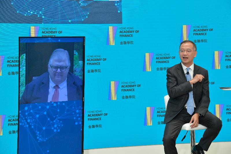 香港金融管理局總裁兼金融學院主席余偉文(右)與國際結算銀行總經理Agustín Carstens(左)今日(七月六日)在網上研討會對話,討論疫情後經濟復蘇過程中的經濟和金融議題。
