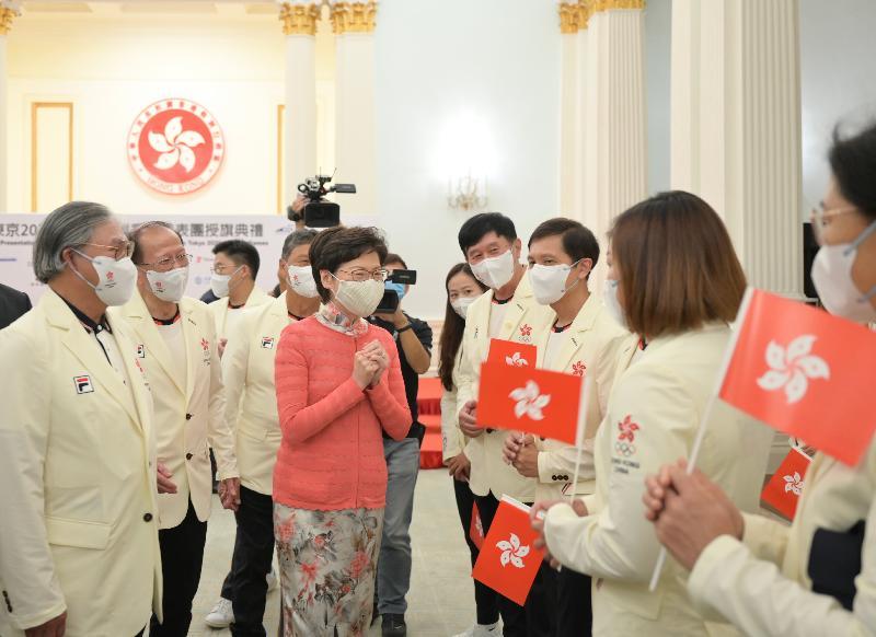 行政長官林鄭月娥(中)今日(七月八日)在東京2020奧運會中國香港代表團授旗典禮與代表團成員交談。