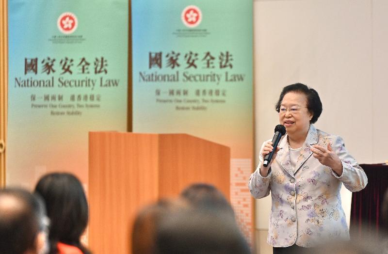 公務員事務局今日(七月九日)在政府總部舉辦題為「國家《憲法》與香港《基本法》」的講座。圖示全國人民代表大會常務委員會香港特別行政區基本法委員會副主任譚惠珠主講。