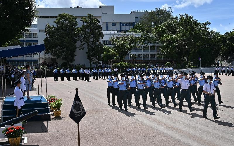 律政司司長鄭若驊資深大律師今日(七月十日)在香港警察學院舉行的結業會操檢閱33名見習督察及116名學警。