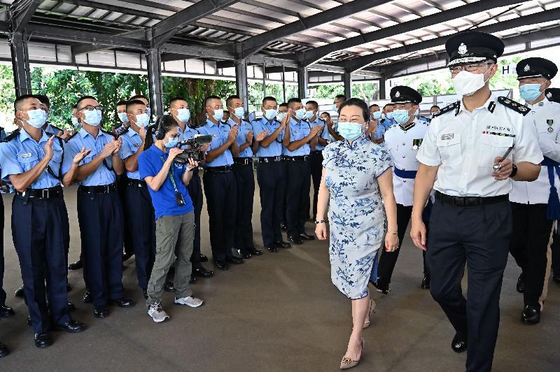 律政司司長鄭若驊資深大律師(前排右二)今日(七月十日)出席香港警察學院的結業會操後,在警務處處長蕭澤頤(前排右一)陪同下,與結業學員會面。